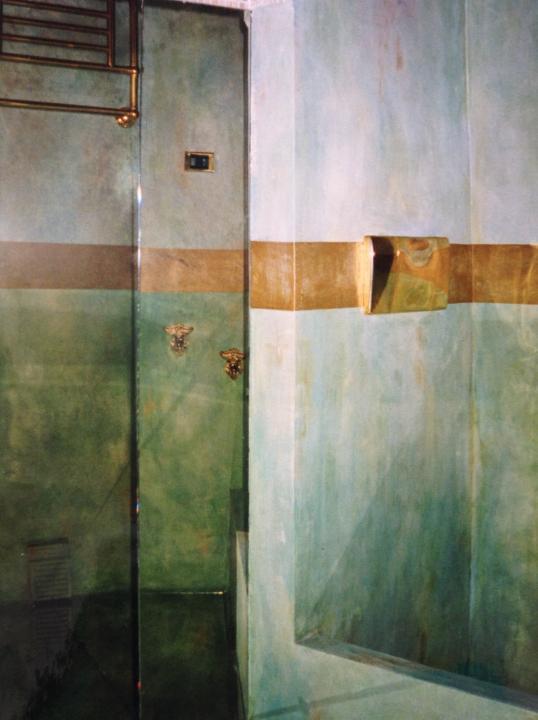 Patina murale e fascia decorativa per un bagno