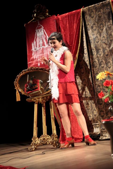Carta da parati per una scenografia teatrale-Madame Pistache di  e con Marta Pistocchi