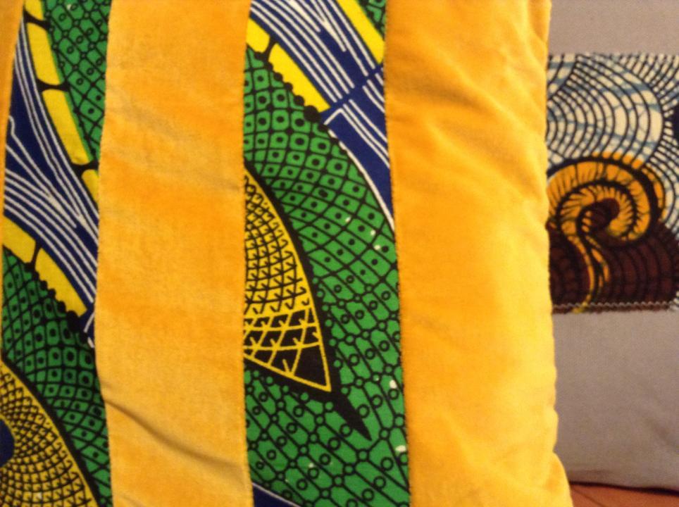 CUSCINI IN VELLUTO E STOFFE AFRICANE