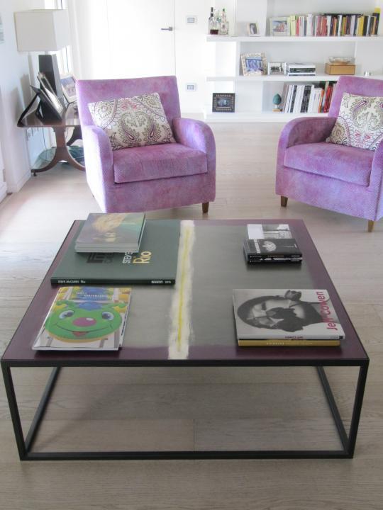 Tavolo in legno dipinto con base in ferro