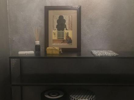 Bagno in argento brunito,cornice specchio ferro arrugginito,decor scatole ufficio architettura a Milano